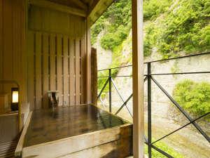 四季彩の宿 ふる里:特別室の露天風呂。新緑に囲まれて。