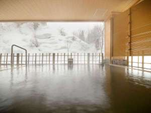 四季彩の宿 ふる里:【女性露天風呂】風情ある雪見露天。冬の寒さに体の芯まで温まる湯浴みは格別です