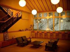 四季彩の宿 ふる里:【休憩処】外は雪景色でも暖かみを感じるスペース。お部屋に戻る前にご休憩をどうぞ