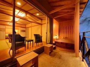 四季彩の宿 ふる里:【客室一例】特別室…冬の雪景色に客室のやわらかな明るさが映え、いっそうあたたかみを感じさせます