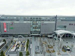 博多口を出て左へ(KITTE博多・JRJP博多ビル方向へ)※写真提供:福岡市