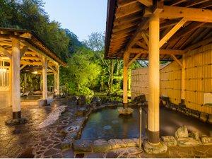 女性専用庭園露天風呂 昼間の景色とは違い夕方の露天風呂もライトアップされキレイです。