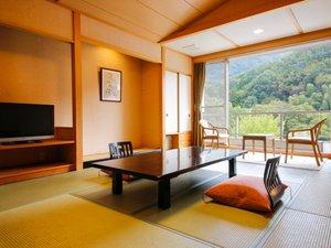 広々とした窓からは五月山の自然がご覧いただけます。四季折々で変わる景色をお楽しみ下さい。