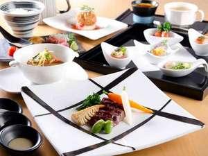 ラフォーレ倶楽部 箱根強羅 湯の棲:テーブルに美しく並ぶ、和洋融合の色彩豊かな料理。その一品一品に、素材の美味しさを確かめて。