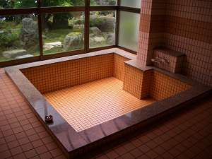 民宿 千代松荘:中庭を見ながらお風呂で疲れを癒して下さい(人数により小浴場になる場合もあります)