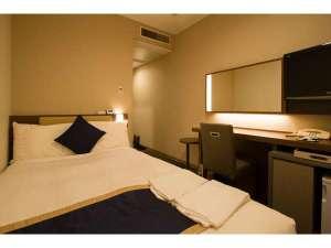 ホテルサンルート浅草:【セミダブルルーム】 シモンズ社製ベッド幅120㎝ 枕もとのUSBが充電に便利。通常はシングルルーム販売