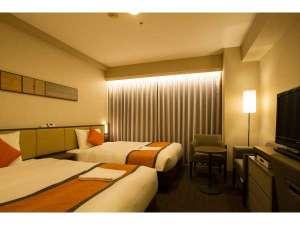 ホテルサンルート浅草:【ツインルーム】 シモンズ社製ベッド幅120㎝×2台 間接照明を使用し明るくモダンな雰囲気を演出