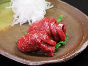 小さな宿 馬刺しと真心の料理自慢の宿 梅月:【夕食】肉厚な馬刺し