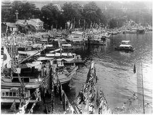 昔・昔の写真!港にはたくさんの船が行き来してます。