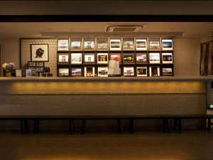 フロント奥にある写真は、プロのカメラマン撮影のもの。販売もしております。