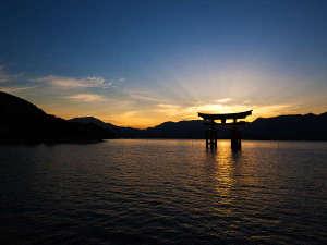 朝日が大鳥居を照らす風景は、まさに神秘的