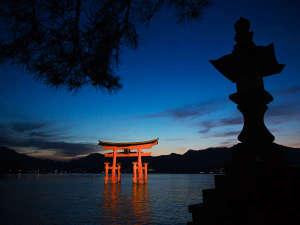 目の前に拡がる夕暮れの景色は、大鳥居を取り込んで、息を呑む美しさです。