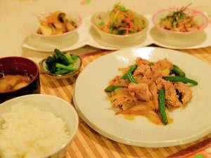 のはらペンション:*【夕食一例】家庭的な和食を食堂にてご用意します