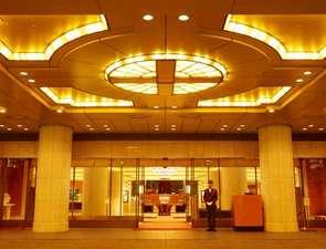 帝国ホテル大阪:1階エントランス/ドアマンがお迎えいたします。