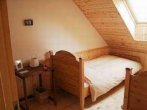 アルプロッジ美瑛:美しいケービングがされたフィンランド製のベッドと心地良い羽毛布団。