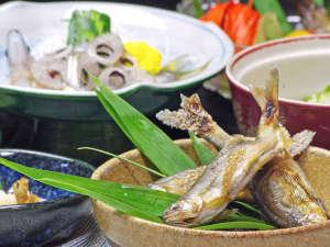 萬寿荘 さわだ旅館:*手取川で捕れる、天然の川魚をご用意。時期により鮎・岩魚・あまご・桜マスが並びます。