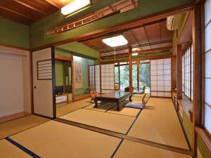 萬寿荘 さわだ旅館:*加賀の伝統色である群青や朱・緑等の壁です。どのお部屋からも緑が楽しめます。