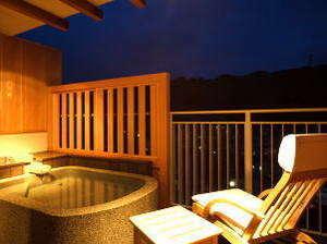 【源泉かけ流し露天付洋室】客室露天は源泉100%湯をかけ流しでご堪能いただけます。