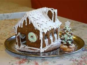 クリスマスデコレーションの1つ、手作りのクッキーハウス。