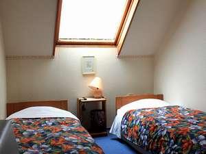 八ヶ岳 富士見高原 ペンション いる・える:星の見える天窓付のお部屋。ベッド3つまでご用意できます。