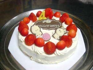 お誕生日ケーキの一例です。イチゴのショートケーキ。ちょうど旬でしたのでサクランボも飾りました