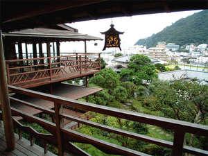 *懐心亭のお部屋/全ての客室にある月見台(テラス)から熱海市街と海を一望できます。