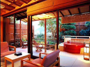 熱海の癒(ゆ) 新かどや:*素翁亭/信楽焼きの露天風呂付き客室です