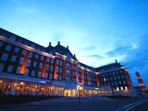 ライトに照らされた夜のホテル外観は幻想的な空間を作り出します。