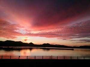 紅く染まった大村湾早朝も幻想的な魅力のひとつ。