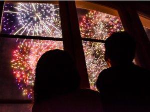 【デラックスハーバービュールーム】花火開催時には迫力満点の花火をお部屋でお楽しみいただけます。