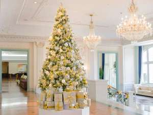 ロビー中央に飾られたゴールド&ホワイトでデコレーションしたクリスマスツリー