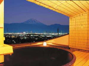 甲府の夜景を独占する温泉 11種類のお風呂  ホテル神の湯温泉:【1組50分無料サービス中】眺望抜群の「輝きの湯」からは富士山や輝く美夜景も一望できる。