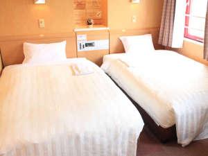 ホテルウィングインターナショナル出水:【ツイン】 24平米、120センチ幅ポケットコイルセミダブルベッド使用。