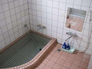 素朴ながらも温泉100%の掛け流し.いつでもお湯が溢れています。加水、加温なし。