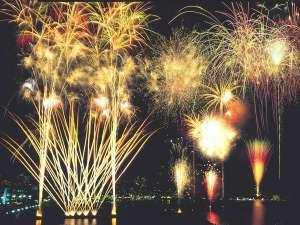 温泉民宿こまどり荘:夏の夜空に舞うダイナミックな花火