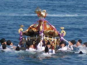 温泉民宿こまどり荘:秋祭り 神輿の海中御渡し