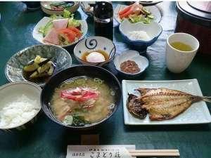温泉民宿こまどり荘:舟盛りプランの朝食は大人気の金目のアラ汁!出汁がたっぷり出ている♪