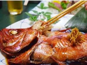 温泉民宿こまどり荘:大きな鍋で1キロ以上の金目を甘醤油でコツコツ煮込む。脂がジワッーと煮汁に!こってりと美味しい♪