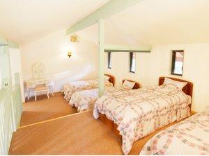 パディーフィールド:【リミテッド】ロフトにある白を基調とした爽やかなベッドルーム。