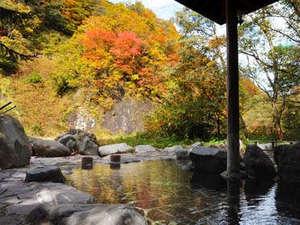 切明リバーサイドハウス:*紅葉狩りを楽しみながら・・中津川に面した夫婦岩を望む絶景の露天風呂