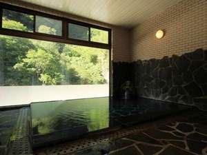 切明リバーサイドハウス:内湯からは目の前いっぱいの緑を眺めてリラックス出来ます