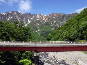 切明リバーサイドハウス:国道405号栃川橋から後方の鳥甲山2037m