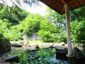 切明リバーサイドハウス:新緑に覆われた中での露天風呂は開放的で心が和みます。