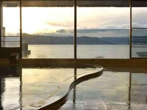 2012年リニューアル 源泉かけ流しの宿 湖泉荘:夕焼けの諏訪湖日中とは違う雰囲気になります。