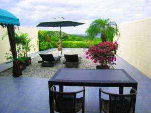 ヴィラモトブヒルズ リゾート:プライベートガーデンでのんびり朝食を