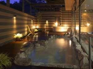 草津温泉 喜びの宿 高松:湯畑源泉が掛け流されている夕刻の露天風呂「泉」(岩風呂・樽風呂)