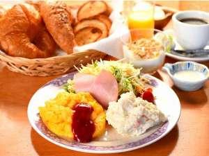 宇川温泉 よし野の里:当館のこだわり朝食♪ヒーシュタントのクロワッサンに自家製野菜のサラダ