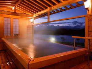 つなぎ温泉 ホテル紫苑:「檜の湯」 惜しげもなく、お湯がまるで湖に流れ落ちるよう。御所湖と岩手山を眺める贅沢な湯殿