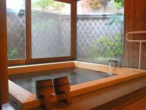 旅館あけぼの:3方がガラス張りで開放的な檜風呂。