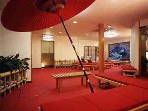 伊豆 伊東温泉 陽気館:湯上り処で鯉が泳ぐ池を眺めながら
